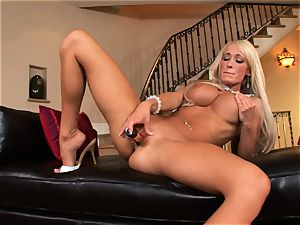 Lichelle Marie packs a firm toy up her raw beaver and likes every minute