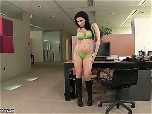 Apple-bottom mega-bitch Aletta Ocean teases everyone with her luscious behind