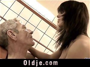 aged man munching wooly muddy vag of Melanie