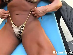 Amazon Amber Deluca peels off and toys her wet crevasse